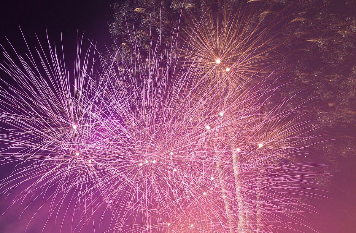 Fyrverkerier som exploderar mot mörk himmel.